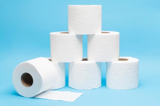 Piramida wykonana z rolek papieru toaletowego