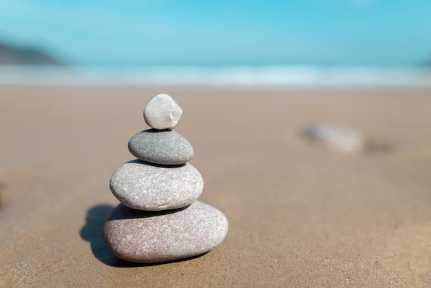 Piramida z kamieni do medytacji na wybrzeżu morza.