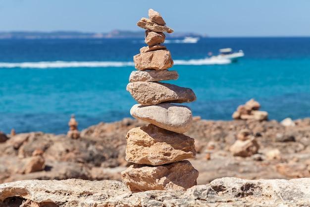 Piramida z kamieni zbliżenie zdjęcie małej piramidy z kamieni morskich na majorce c