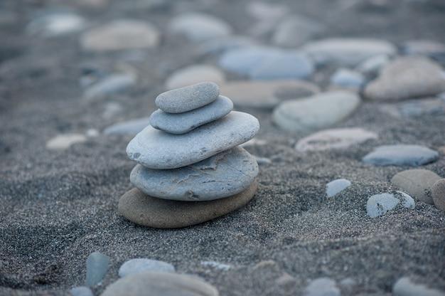 Piramida z kamieni. zrównoważone kamienie zen.