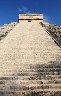 Piramida z pierzastym wężem chichen itza, meksyk