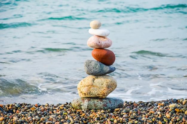 Piramida z wielokolorowych kamieni na morzu czarnym w batumi, gruzja.