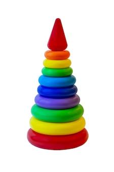Piramida zabawek z tworzywa sztucznego dla dzieci w siatce pakowania na białym tle. zabawa dla dzieci do nauki kolorów i kształtów.