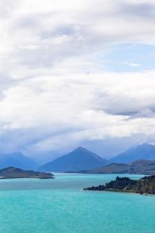Piramidalne góry na brzegach i wyspach na jeziorze wakatipu lake south island nowa zelandia
