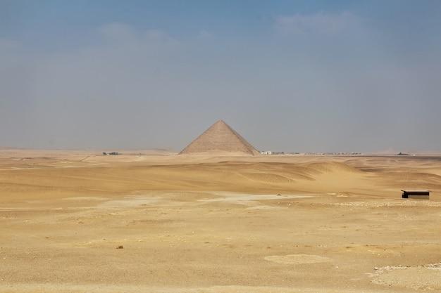 Piramidy dahszur na pustyni sahara w egipcie