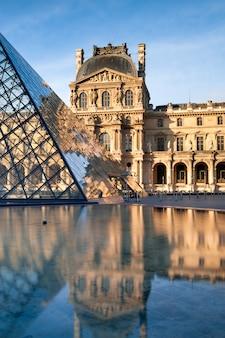Piramidy i luwr odbite w fontannie