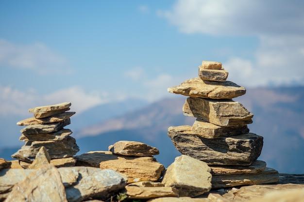 Piramidy kamieni na tle gór. pojęcie równowagi i tranquility.joga w przyrodzie w górach.