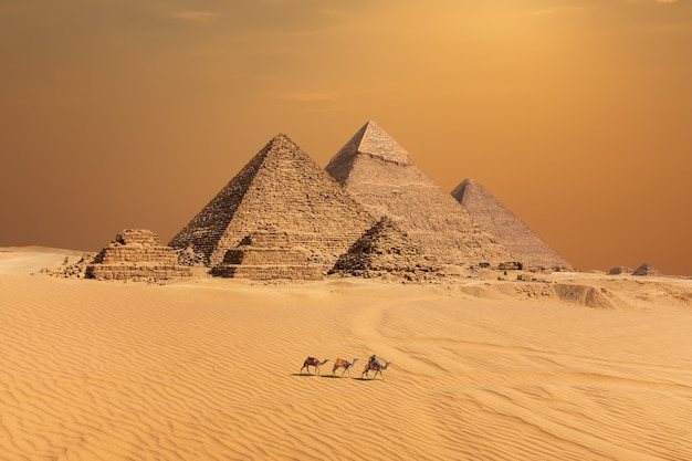 Piramidy na pustyni zachód słońca w gizie, egipt.