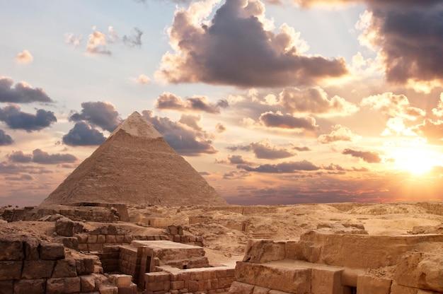 Piramidy o zachodzie słońca