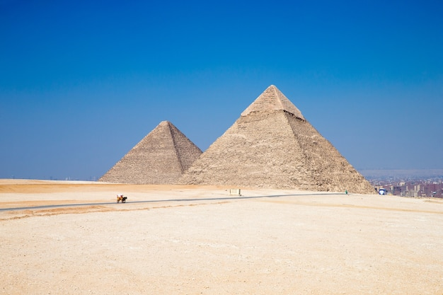 Piramidy z pięknym niebem w gizie w kairze w egipcie.