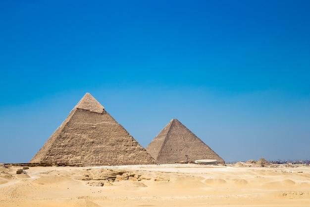 Piramidy z pięknym niebem w kairze, egipt.