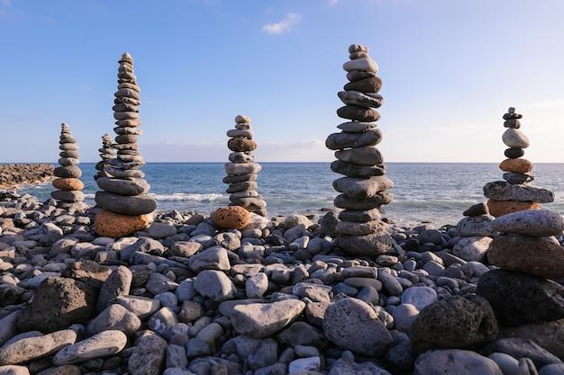 Piramidy zbudowane z kamieni nad morzem