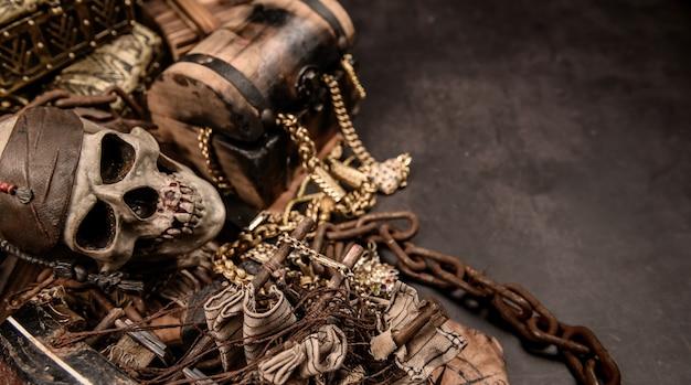Pirat z ludzką czaszką. skrzynia skarbów i złoto. sprzęt do odnajdywania i odkrywca do zniknięcia fortuny.