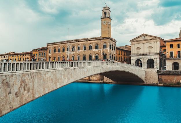 Pisa pejzaż miejski z arno rzeką i ponte di mezzo mostem, włochy