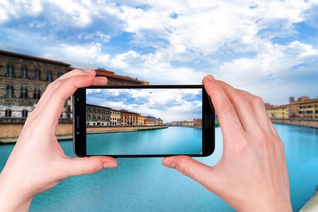 Pisa, rzeka arno, widok lungarno. długi czas ekspozycji. toskania, włochy zdjęcie zrobione telefonem