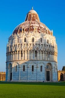 Pisa, widok na słynny miracle square.