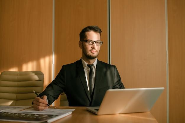 Pisanie biznesmena obszaru roboczego