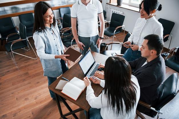 Pisanie na klawiaturze. ludzie biznesu i menedżer pracujący nad nowym projektem w klasie