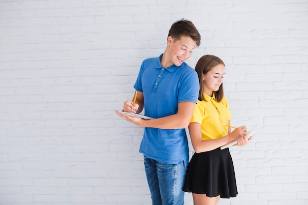Pisanie nastolatków stojących zza pleców