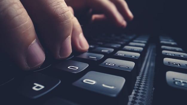 Pisanie palcem na klawiaturze z bliska.