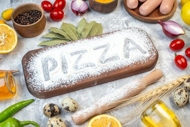 Pisanie pizzy z przodu z białej mąki