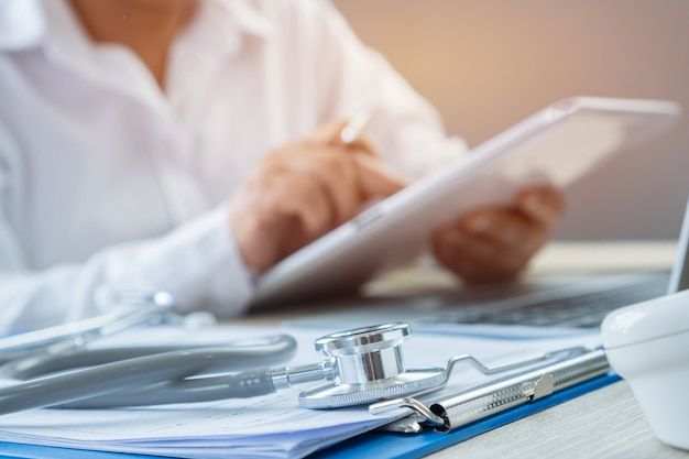 Pisanie rąk doktora i praca przez rysik do zamawiania leków na tablecie