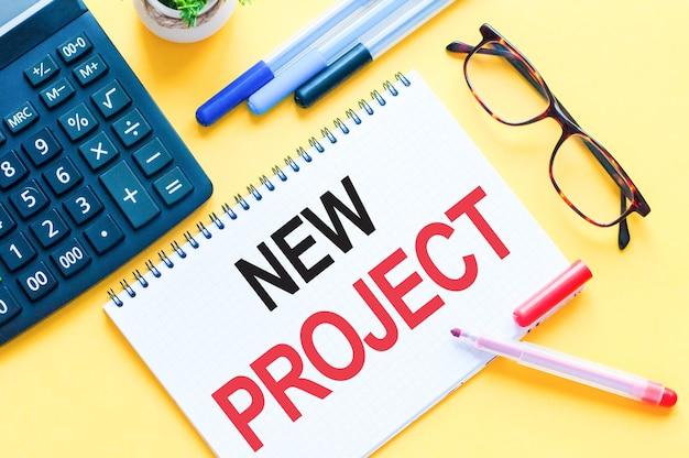 Pisanie tekstu przedstawiającego nowy projekt. tekst word nowy projekt na białej kartce papieru, czerwone i czarne litery. koncepcja biznesowa dla edukacji.