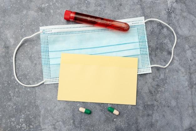 Pisanie testów laboratoryjnych leków na receptę analizujących wirusy, robienie ważnych notatek naukowych s ...