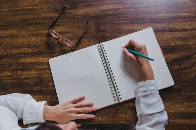Pisanie w widoku z góry notebooka
