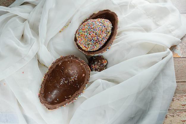 Pisanka faszerowana innym jajkiem oblana kolorową posypką czekoladową (pisanka pinata).