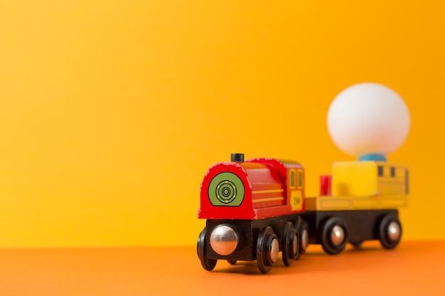 Pisanka na drewnianym pociągu zabawki z miejsca kopiowania tekstów. vintage stonowanych kolor na tle koncepcji wielkanocnych.