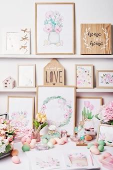 Pisanki i kwiaty. wiosna z życzeniami wesołych świąt. wystrój wielkanocny. akwarele wiosenne. miejsce pracy projektanta i artysty. kreatywna przestrzeń.