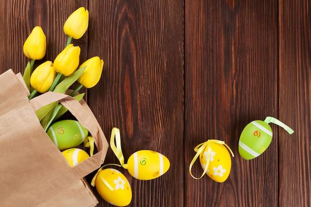 Pisanki i tulipany w papierowej torbie
