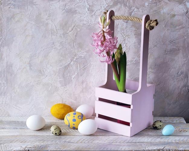 Pisanki, kwitnący hiacynt w doniczce, wiosna, świąteczne wnętrze domu