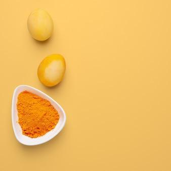 Pisanki malowane naturalnym barwnikiem na pomarańczowym tle