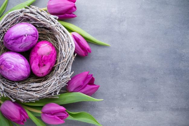 Pisanki w gnieździe und tulipan