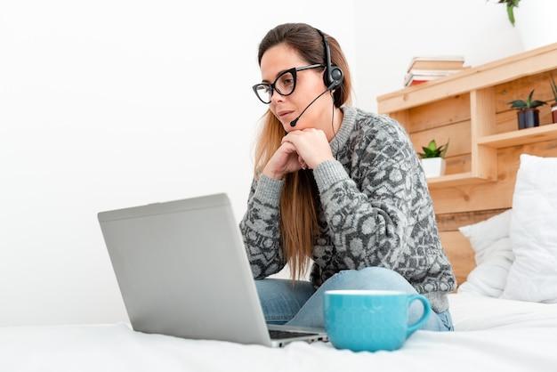 Pisarz tworzący nową powieść, profesor sprawdzający online przydziały uczniów, czytający treści z bloga, oglądający filmy w internecie, słuchający podcastów, uczący się nowych rzeczy