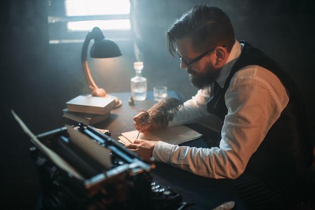 Pisarz w okularach pisze powieść z piórkiem