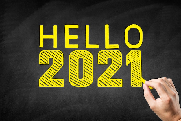Pismo odręczne 2021 na tablicy, witamy w 2021 roku