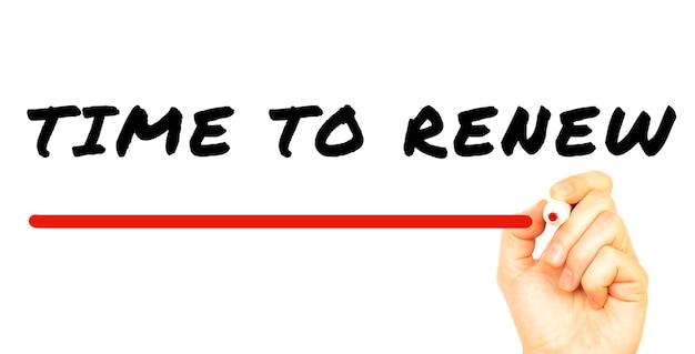 Pismo ręczne czas odnowienia czerwonym markerem. na białym tle na białej powierzchni