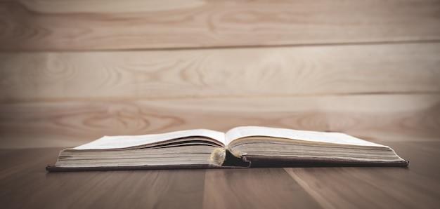 Pismo święte na drewnianym stole wiara religia chrześcijaństwo