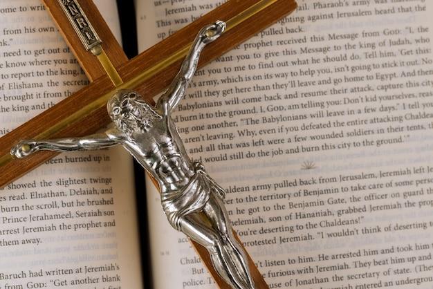 Pismo święte na tle chrześcijańskiego krzyża nadziei ludzkości na zbawienie w drodze do boga przez modlitwę.