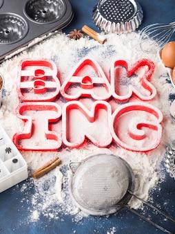 Pisownia liter mąki pieczenie z narzędziami i składnikami