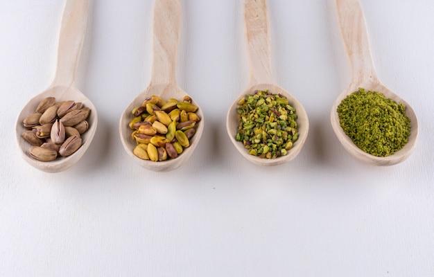 Pistacje mielone, mielone, kruszone lub granulowane w drewnianych łyżkach