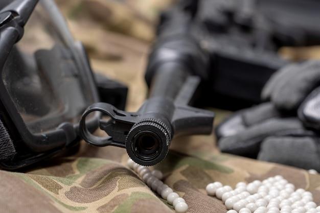 Pistolet airsoft z okularami ochronnymi i dużą ilością kul