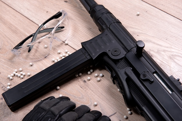 Pistolet airsoft z okularami ochronnymi i wieloma kulami