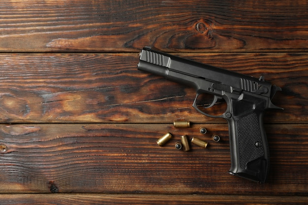 Pistolet i pociski na drewnianych. broń do samoobrony