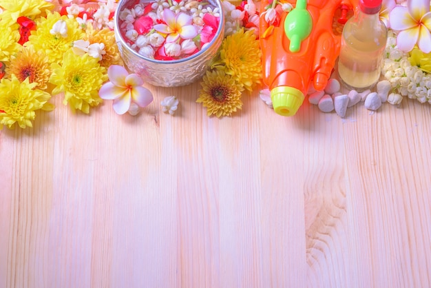 Pistolet kwiat i rura na tle drewna dla songkran festival lub tajski nowy rok