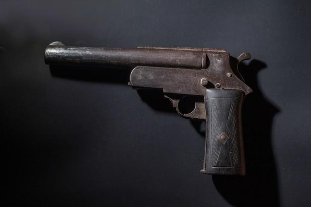 Pistolet na czarnym tle