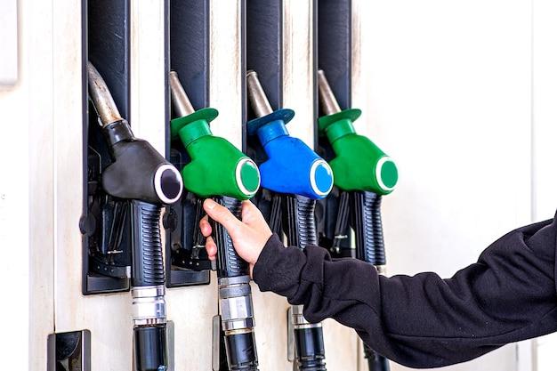 Pistolet na stacji benzynowej w zbiorniku samochodu. muszę zatankować paliwo.